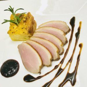 鴨肉のスモーク ハックルベリーとバルサミコ2種類のソース